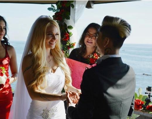 Vẻ mặt hạnh phúc của Tessa trong ngày cưới.