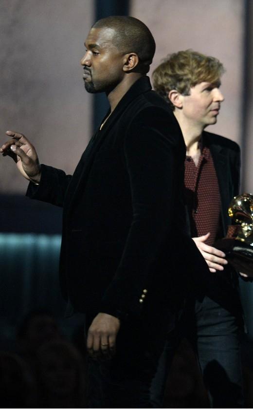 Kanye West xông lên sân khấu vì Beyonce không đoạt giải
