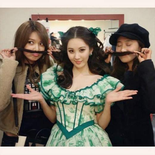 Seohyun hạnh phúc khoe hình cùng Sooyoung và Yuri, cô viết: Chị Sooyoungm, chị Yuri, người đã đến ủng hộ em ngày hôm nay. Em đã nhận được rất nhiều sức mạnh từ những lời động viên, cổ vũ của hai chị. Cám ơn hai chị rất nhiều.