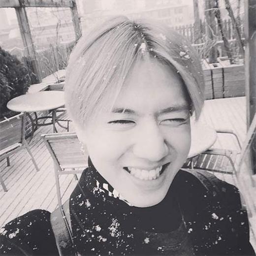 Trời Seoul đột nhiên có tuyết rơi. Yugyeom thích thú chia sẻ: Đây là người tuyết đây.