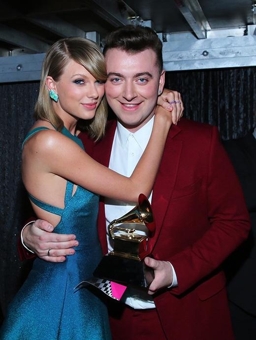Đôi bạn thân Taylor Swift và Sam Smith cực đáng yêu và tình cảm trong hậu trường buổi lễ