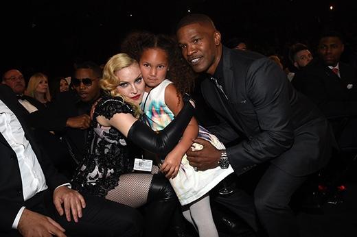 Madonna không ngại ngùng ôm chầm lấy cô bé fan nhí Annalise Bishop – cô con gái của nam diễn viên Jamie Foxx