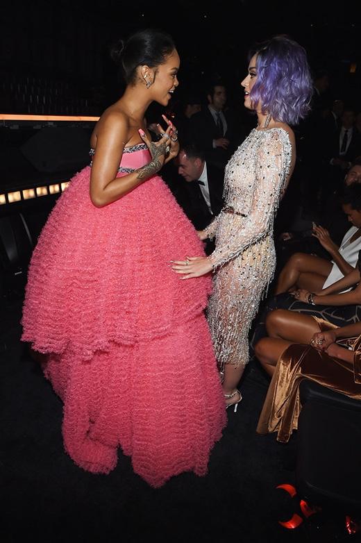 """Hai tên tuổi lớn Rihanna và Katy Perry """"tay bắt mặt mừng"""" dưới hàng ghế khán giả"""
