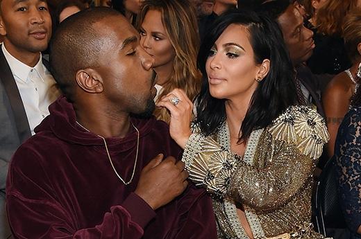 Kim Kardashian tình tứ chăm sóc chồng Kanye West khiến nhiều người phải ghen tị