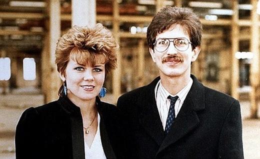 Ông Charles Kane bên cạnh người vợ đầu tiên Sam Hashimi