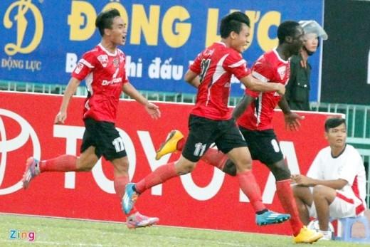 Chưa dừng lại, các chân sút Đồng Tâm Long An tiếp tục trừng phạt hàng phòng ngự mắc nhiều sai lầm của Bình Dương bằng hai bàn thắng của Chí Công ở phút 57 và Diabate ở phút 72.