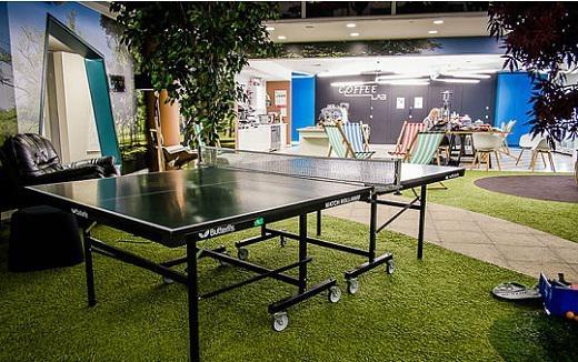 Nhân viên có thể thư giãn giữa các cuộc họp bằng trò chơi bóng bàn nhẹ nhàng.