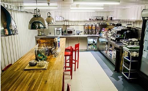 . Các bếp ăn nhỏ chứa đồ ăn nhẹ, trà và và cà phê.