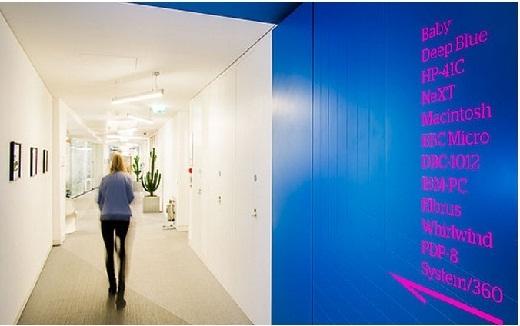 Phòng họp và các khu vực được gắn biển chỉ dẫn dành cho khách tham quan.