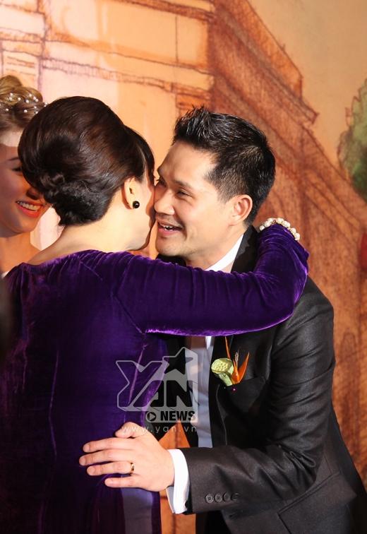 Ngân Khánh và ông xã hạnh phúc ôm mẹ chồng, mẹ vợ. - Tin sao Viet - Tin tuc sao Viet - Scandal sao Viet - Tin tuc cua Sao - Tin cua Sao