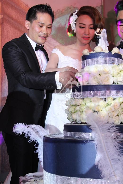 Cô dâu - chú rể cùng nhau cắt bánh cưới. - Tin sao Viet - Tin tuc sao Viet - Scandal sao Viet - Tin tuc cua Sao - Tin cua Sao