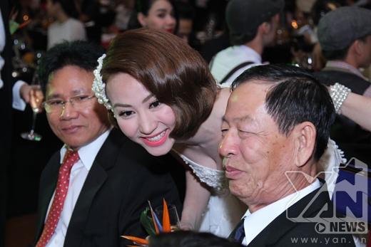 Nụ cười rạng rỡ của cô dâu. - Tin sao Viet - Tin tuc sao Viet - Scandal sao Viet - Tin tuc cua Sao - Tin cua Sao