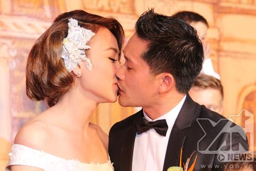 Hai vợ chồng trao nhau nụ hôn ngọt ngào. - Tin sao Viet - Tin tuc sao Viet - Scandal sao Viet - Tin tuc cua Sao - Tin cua Sao
