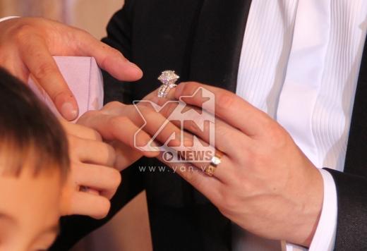 Chú rể trao nhẫn cưới cho Ngân Khánh. - Tin sao Viet - Tin tuc sao Viet - Scandal sao Viet - Tin tuc cua Sao - Tin cua Sao
