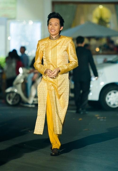 Danh hài nghiện áo dài khi có một bộ sưu tập đủ màu sắc khác nhau. - Tin sao Viet - Tin tuc sao Viet - Scandal sao Viet - Tin tuc cua Sao - Tin cua Sao