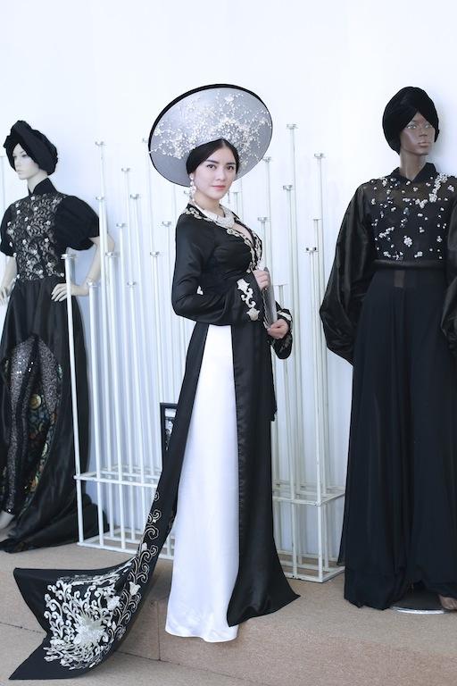 Cả hai chiếc áo dài đều được may với chất liệu truyền thống. - Tin sao Viet - Tin tuc sao Viet - Scandal sao Viet - Tin tuc cua Sao - Tin cua Sao