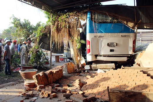 Cú tông mạnh khiến chiếc xe khách Bình Thuận bị đẩy lùi một đoạn khoảng 15 m, húc sập tường và chui vào nhà dân bên đường. Chiếc xe giường nằm cũng lao qua chiều ngược lại.