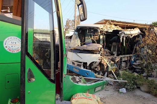 So với xe giường nằm, ôtô khách lao vào nhà dân biến dạng nặng hơn. Các nạn nhân tử vong và bị thương nặng đa phần đều trên chiếc xe này.