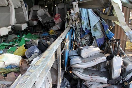 Các dãy ghế ngồi trên xe khách bị ép chặt, nằm tứ tung. Trong số các nạn nhân bị thương có một số trẻ nhỏ, một nhân chứng cho biết.