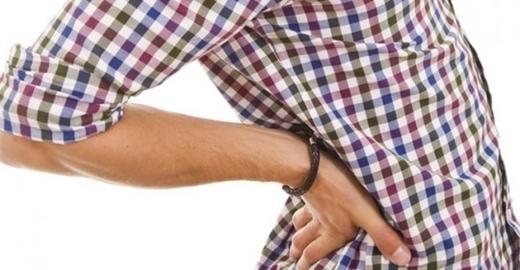 Để ví tiền sau túi quần gây nguy hiểm cho sức khỏe