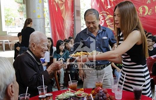 Lế phép mời các cụ dùng bánh và uống nước. - Tin sao Viet - Tin tuc sao Viet - Scandal sao Viet - Tin tuc cua Sao - Tin cua Sao