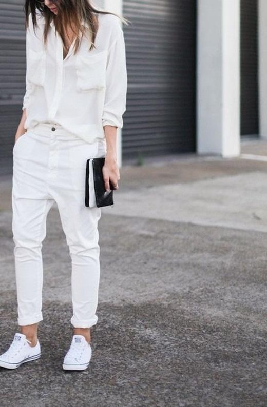 Phối đồ cực chất cùng với giày thể thao trắng