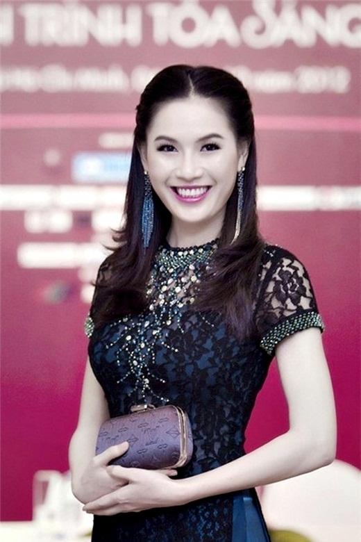 Hiện giờ cô đã là một bà mẹ và chỉ tập trung chăm lo cho gia đình.   Ái Nhi: Ái Nhi là Hoa hậu Phụ nữ Việt Nam qua ảnh năm 2005.   Trong khi 2 Á hậu là Trương Tri Trúc Diễm và Trang Nhung đều trở thành những tên tuổi nổi tiếng trong showbiz thì cô nhanh chóng trở về Đà Lạt cùng gia đình trồng và kinh doanh rau. Năm 2012, cô bất ngờ tái xuất sau 7 năm ở ẩn và ấp ủ ý định trở lại showbiz.