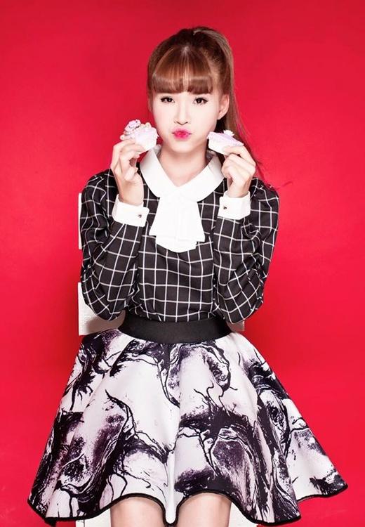 Khác với phong cách cá tính, mạnh mẽ thường ngày, Khởi My chọn chiếc váy nữ tính kết hợp áo phông đen sọc trắng dịu dàng cho ngày valentine. Với phông nền màu đỏ phía sau, bộ trang phục của Khởi My trông có vẻ nổi bật hơn hẳn. Cô nàng khoe 2 chiếc hộp khá xinh và có vẻ đó là món quà Valentine sớm của Khởi My.