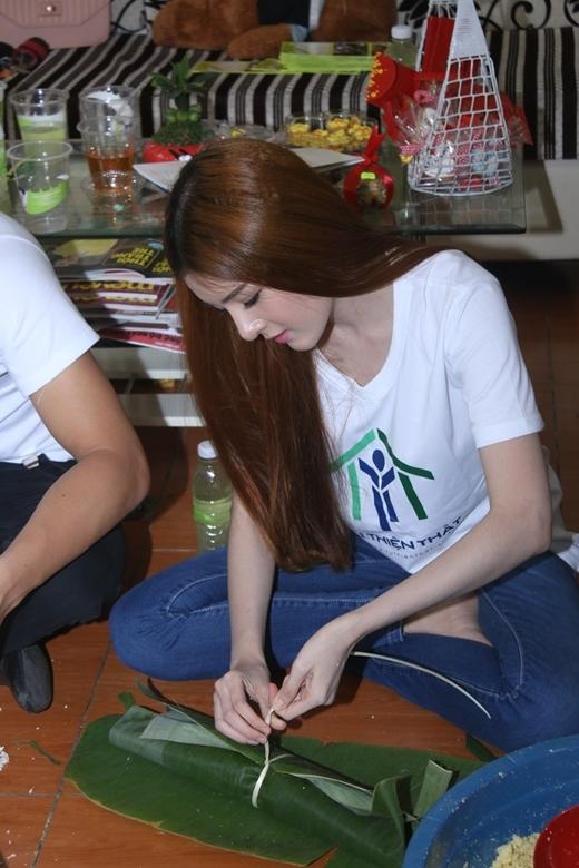 Lilly Luta hì hục gói bánh tét cùng Huỳnh Anh