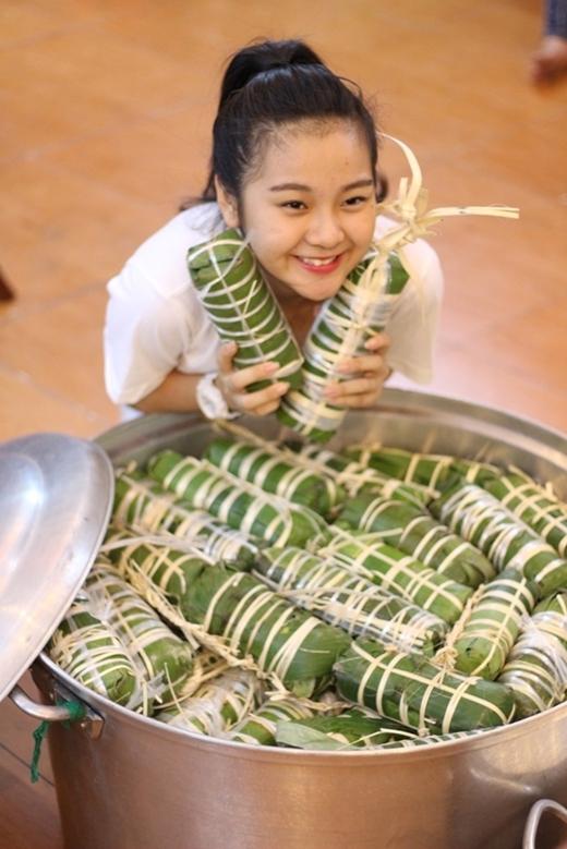 Tam Triều Dâng sau khi đi học về cũng nhanh chóng thay đồ và nhập cuộc gói bánh tét cùng những anh chị nghệ sĩ và các tình nguyện viên.