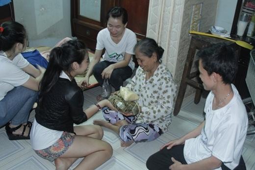 Các bạn trong hội tình nguyện viên tiếp tục thức thâu đêm để nấu bánh để kịp thời gian gởi đến những người nghèo và người cơ nhỡ, không nơi nương tựa.