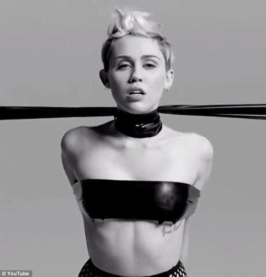 Miley Cyrus làm trò phản cảm tham dự liên hoan phim người lớn