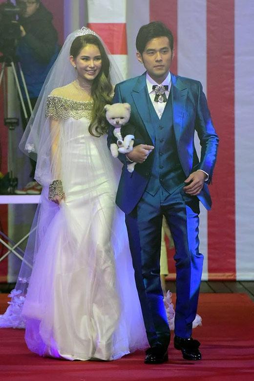 Đôi vợ chồng rạng ngời trong ngày cưới
