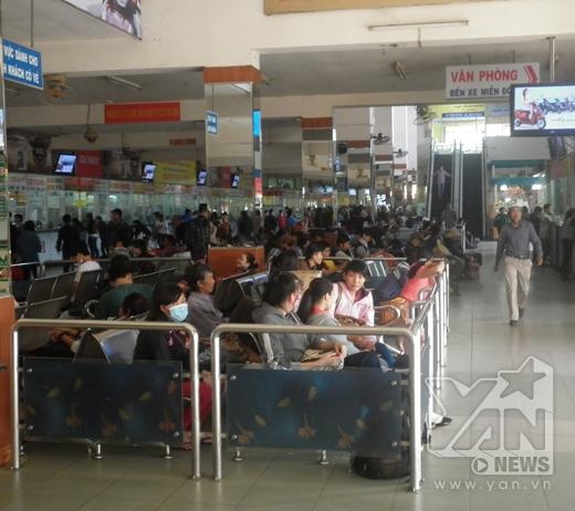 Hàng nghìn người ngồi đợi tại nhà chờ bến xe Miền Đông để lên xe về quê.