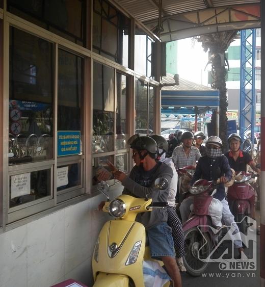 Cửa vào bến xe Miền Đông những ngày bắt đầu nóng.