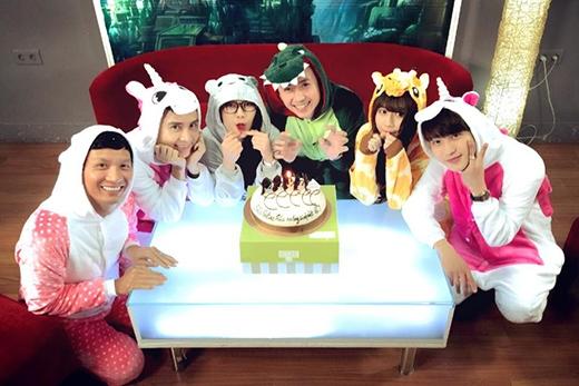Một số hình ảnh hậu trường Quỳnh Anh Shyn cùng đoàn làm phim 5S Online.