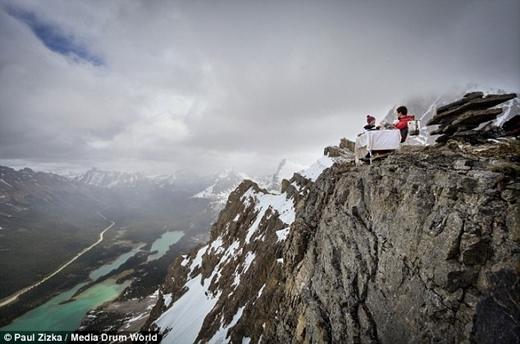 Chết ngất với màn cầu hôn có một không hai trên đỉnh núi 2.700m