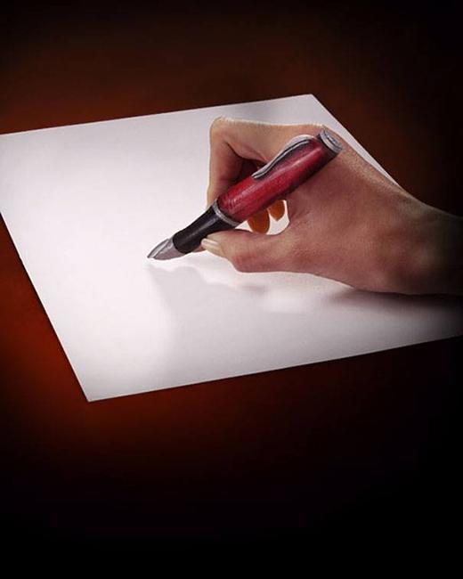 Bàn tay đang cầm viết bạn có nhận ra được không?