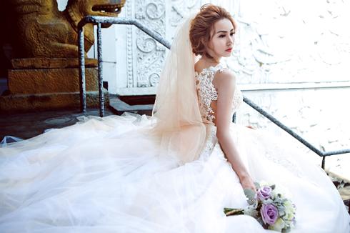 Cô gái sành điệu nắm giữ khoảnh khắc trong đám cưới Ngân Khánh