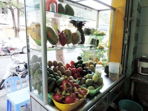Ngoài chè, các hàng chè trái cây còn có kem flan, yaourt, sinh tố, xu xoa hạt đác...