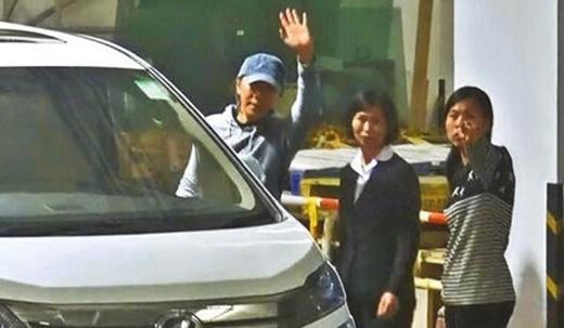 Châu Tinh Trì thoải mái, còn trợ lý của anh khó chịu ra mặt với truyền thông