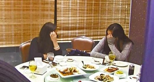 Hai cô gái che mặt khi thấy phóng viên
