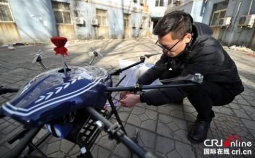 Chàng trai đang chuẩn bị kĩ lưỡng cho chiếc trực thăng do anh tự chế để có thể giúp anh mang món quà yêu thương đến đối tượng của mình