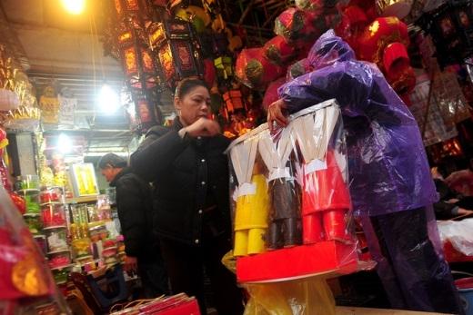Trên phố Hàng Mã, bộ mũ áo ông Công ông Táo có giá 145.000đ/bộ rất đắt hàng.