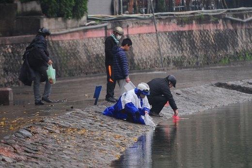 Hồ Ngọc Khánh (Ba Đình) rất đông người ra thả cá, phần lớn mọi người thả cá xong tự giác thu gom túi bóng bỏ vào thùng rác.
