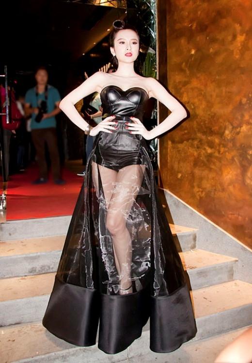 Chiếc váy sành điệu một cách... khó hiểu của cô nàng lắm chiêu Angela Phương Trinh.