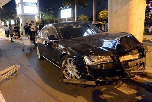 Khoảng 19h ngày 10/2, xe Audi đến sân bay Tân Sơn Nhất (TP. HCM) để đón nữ ca sĩ Hồ Ngọc Hà đã gây tai nạn liên hoàn khi tông trúng hai xe hơi khác và một số người đang đứng ở khu vực này. Vụ tai nạn đã khiến ba xe hơi bị hư hỏng, 11 người bị thương, một số bị thương nặng. Theo Công an quận Tân Bình, tài xế xe Audi tên là Tân (25 tuổi ngụ huyện Nhà Bè, TP.HCM), là cháu trai của nữ ca sĩ Hồ Ngọc Hà. Lúc xảy ra vụ việc, ca sĩ Hồ Ngọc Hà và doanh nhân Nguyễn Quốc Cường đều có mặt. - Tin sao Viet - Tin tuc sao Viet - Scandal sao Viet - Tin tuc cua Sao - Tin cua Sao