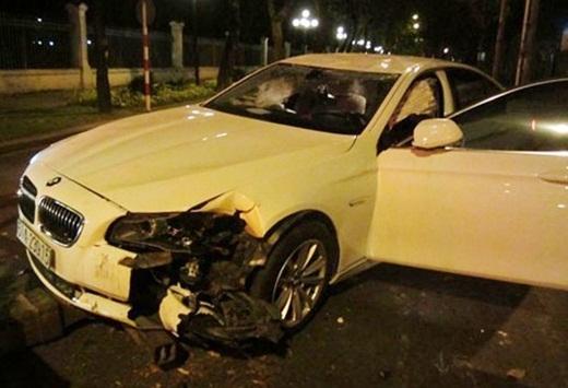 Cuối năm 2013, chiếc xe BMW màu trắng của người mẫu Hoàng Yến đã gặp tai nạn tại giao lộ Nam Kỳ Khởi Nghĩa – Nguyễn Du. Điều khiển xe với tốc độ cao, nên khi đến ngã tư này, chiếc xe bất ngờ lao lên lề, tông vào cây cổ thụ bên lề đường và lật ngang ra đường. Dù vậy, Hoàng Yến vẫn khẳng định, do say nên cô ngồi ở băng ghế sau và cũng không nhớ ai là người điều khiển chiếc xe gây tai nạn. Sau đó, cô còn cùng một người bạn liên tục mập mờ trong chuyện khai báo. Dù vậy, cô không tài nào qua mắt được cơ quan chức năng. - Tin sao Viet - Tin tuc sao Viet - Scandal sao Viet - Tin tuc cua Sao - Tin cua Sao