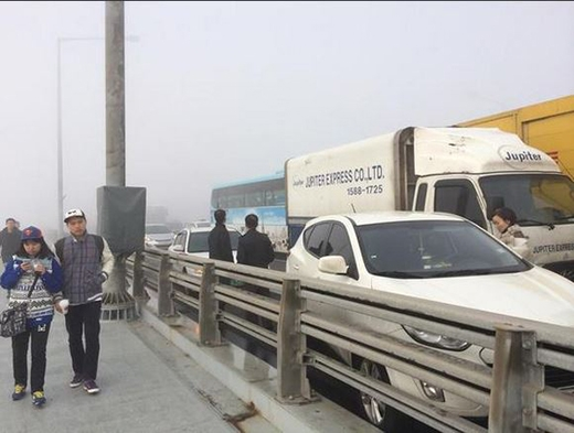 Hàn Quốc: 100 chiếc xe đâm nhau liên hoàn, 2 người thiệt mạng