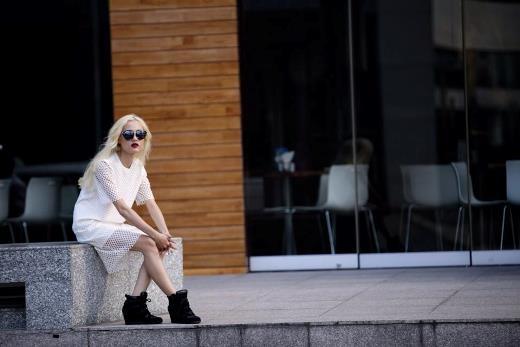 Cô nàng Fung La như một fashionista với váy lưới và giày wegde sneaker cực chất